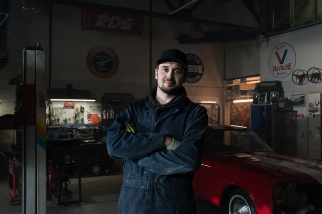 šikovná automechanik