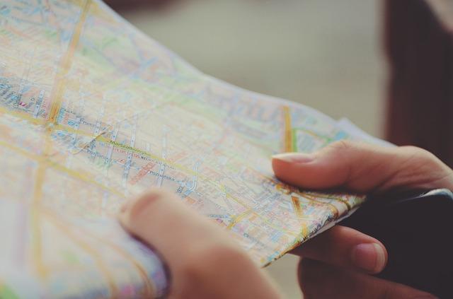 mapa v rukách