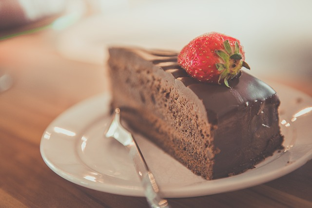 čokoládový dort s jahodou