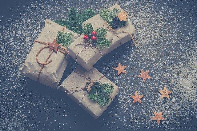 vánoční dárky v papíru