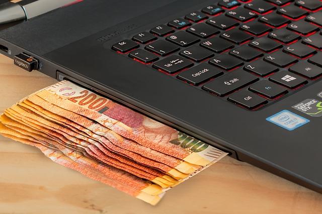 bankovky u notebooku